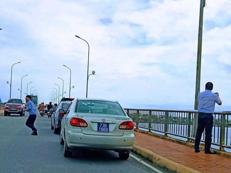 Thứ trưởng Bộ Xây dựng nói về việc dừng xe trên cầu Nhật Lệ - ảnh 1