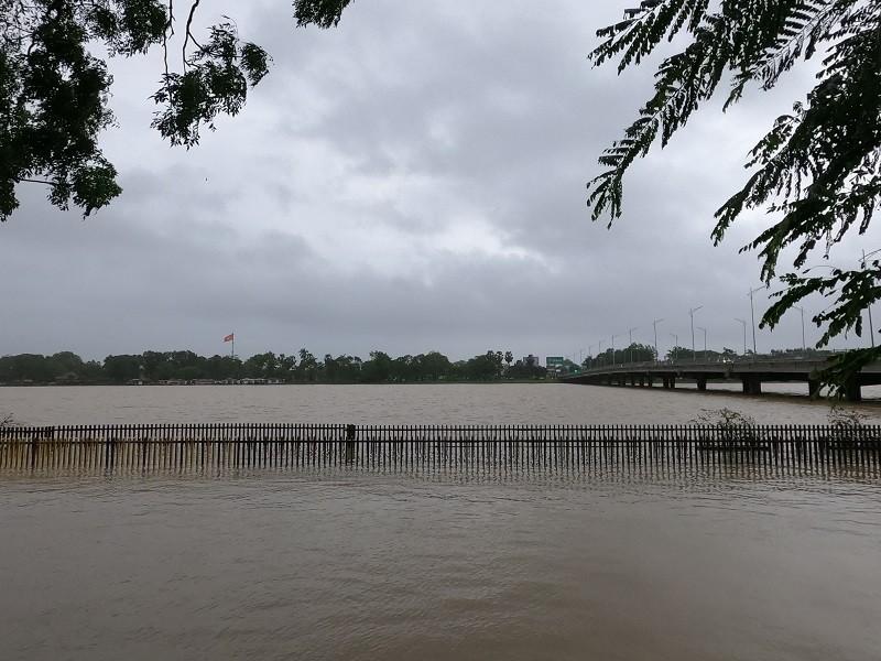 Nước sông Hương lên cao, cầu gỗ lim 64 tỉ bị nhấn chìm - ảnh 1