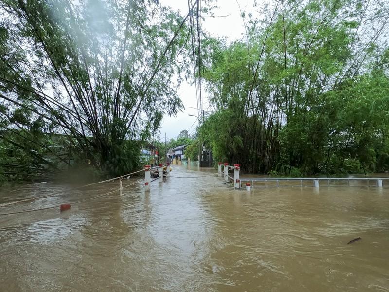Chùm ảnh: Cuộc sống tại vùng ngập sâu nhất ở Huế - ảnh 2