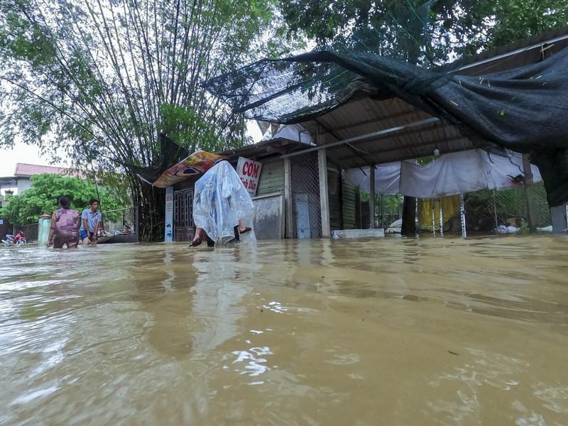 Chùm ảnh: Cuộc sống tại vùng ngập sâu nhất ở Huế - ảnh 3