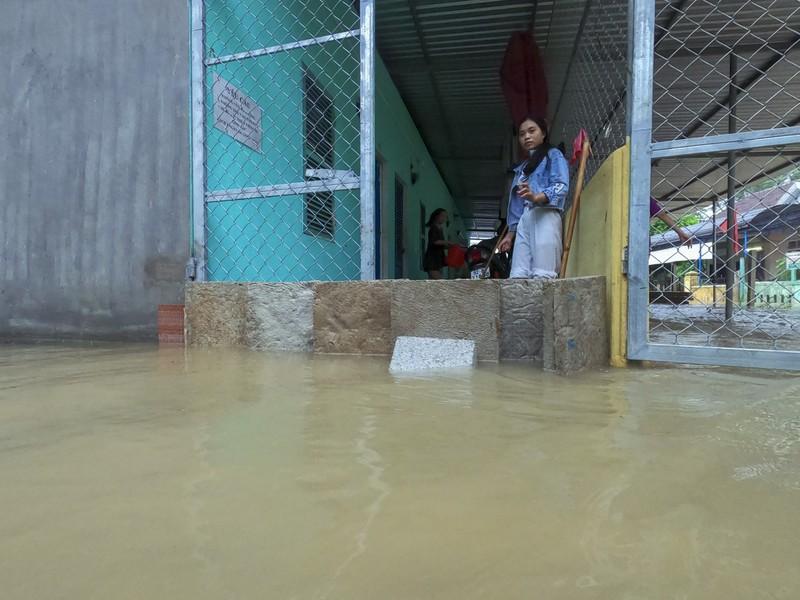 Chùm ảnh: Cuộc sống tại vùng ngập sâu nhất ở Huế - ảnh 7