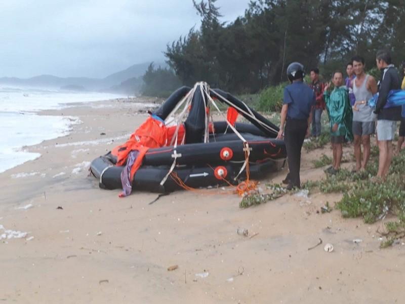 Huế: Cứu thành công 11 thuyền viên sau khi tàu hàng bị chìm - ảnh 1