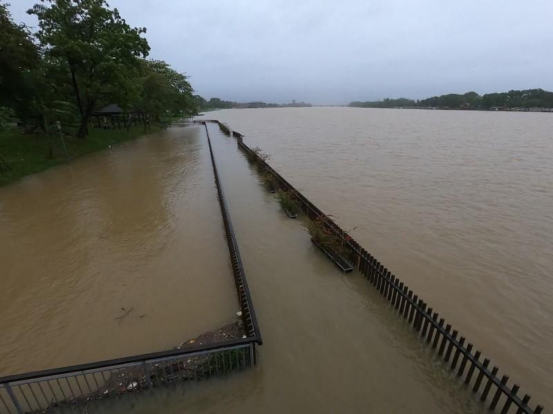 Nước sông Hương lên cao, cầu gỗ lim 64 tỉ bị nhấn chìm - ảnh 2