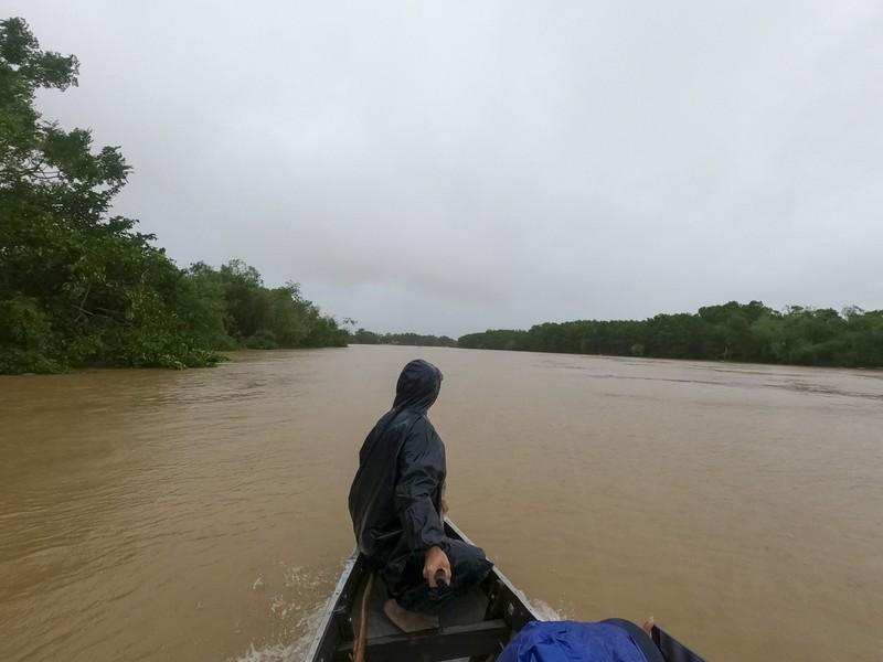 Cuộc sống người dân ở cạnh sông Ô Lâu khi lũ về - ảnh 1