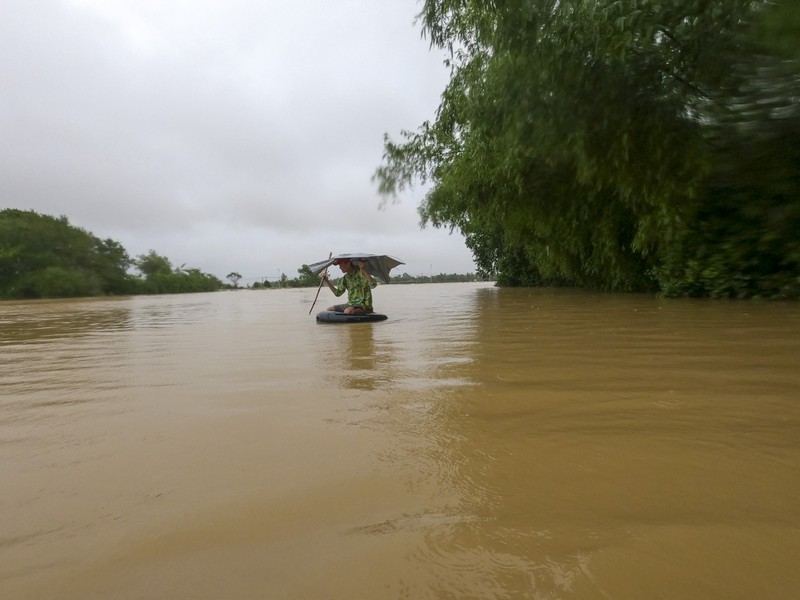 Cuộc sống người dân ở cạnh sông Ô Lâu khi lũ về - ảnh 11
