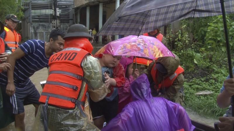 Lũ ở Huế lên nhanh, sơ tán dân khỏi vùng nguy hiểm - ảnh 3
