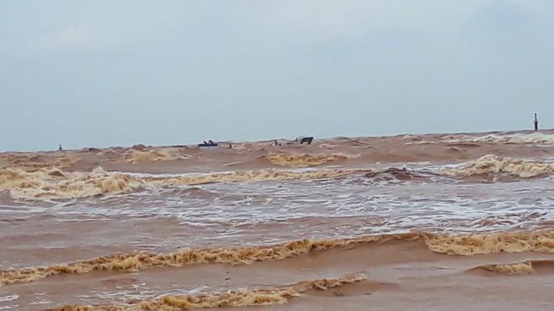 Giải cứu các thuyền viên trên tàu đang chìm ở Quảng Trị - ảnh 3
