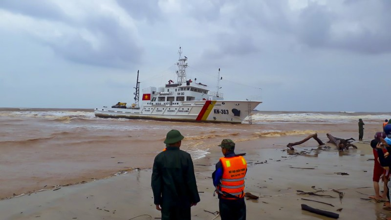 Giải cứu các thuyền viên trên tàu đang chìm ở Quảng Trị - ảnh 1
