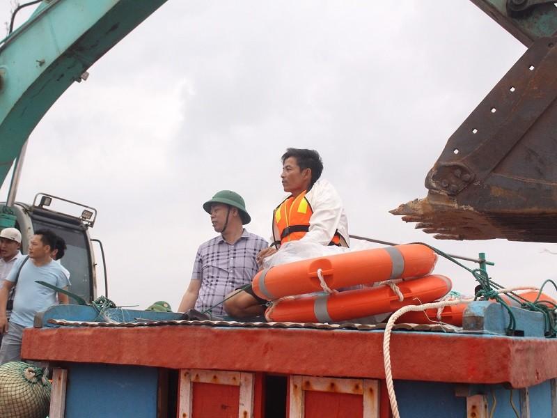 Giải cứu các thuyền viên trên tàu đang chìm ở Quảng Trị - ảnh 5