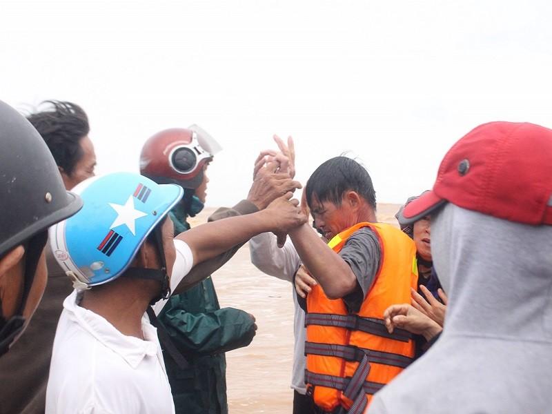 Giải cứu các thuyền viên trên tàu đang chìm ở Quảng Trị - ảnh 4
