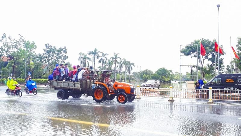 Nước ngập sâu, máy cày kiếm tiền triệu trên Quốc lộ 1 - ảnh 5