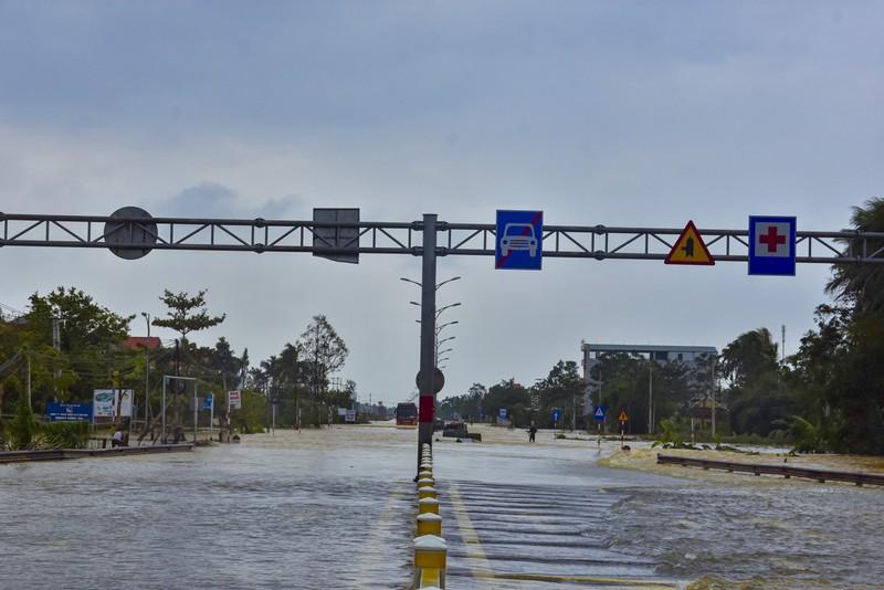 Nước ngập sâu, máy cày kiếm tiền triệu trên Quốc lộ 1 - ảnh 10