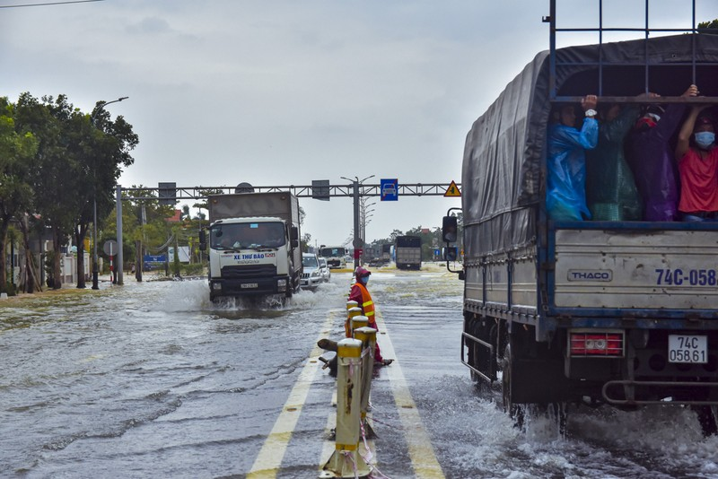 Nước ngập sâu, máy cày kiếm tiền triệu trên Quốc lộ 1 - ảnh 2