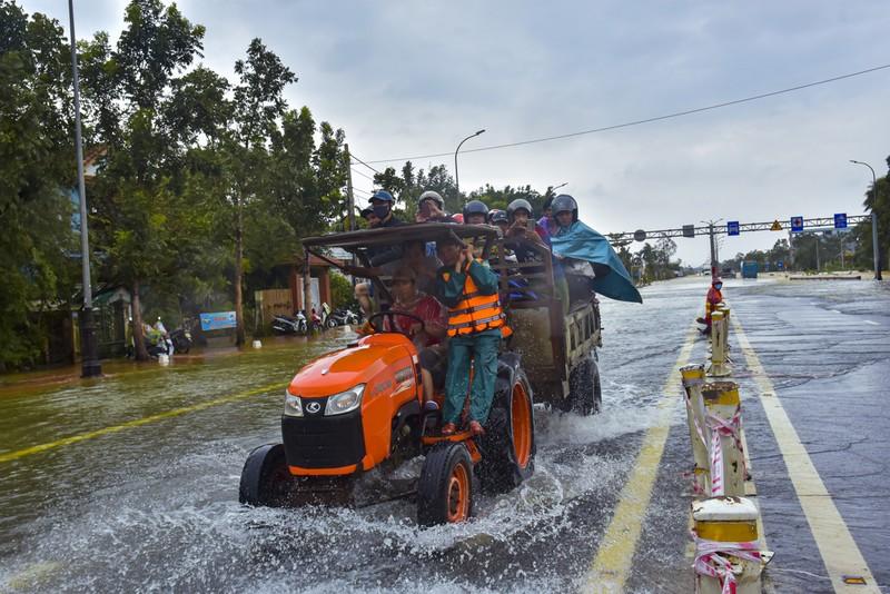 Nước ngập sâu, máy cày kiếm tiền triệu trên Quốc lộ 1 - ảnh 8