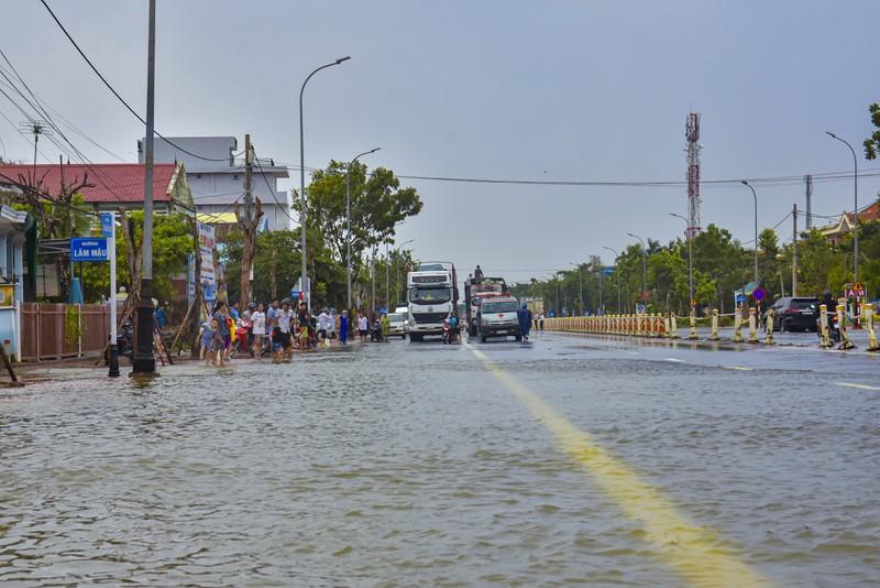 Nước ngập sâu, máy cày kiếm tiền triệu trên Quốc lộ 1 - ảnh 4