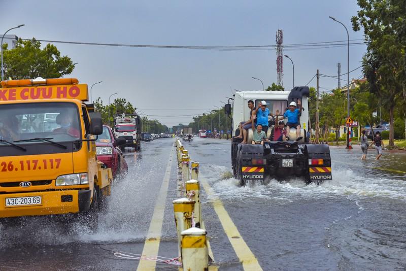 Nước ngập sâu, máy cày kiếm tiền triệu trên Quốc lộ 1 - ảnh 9