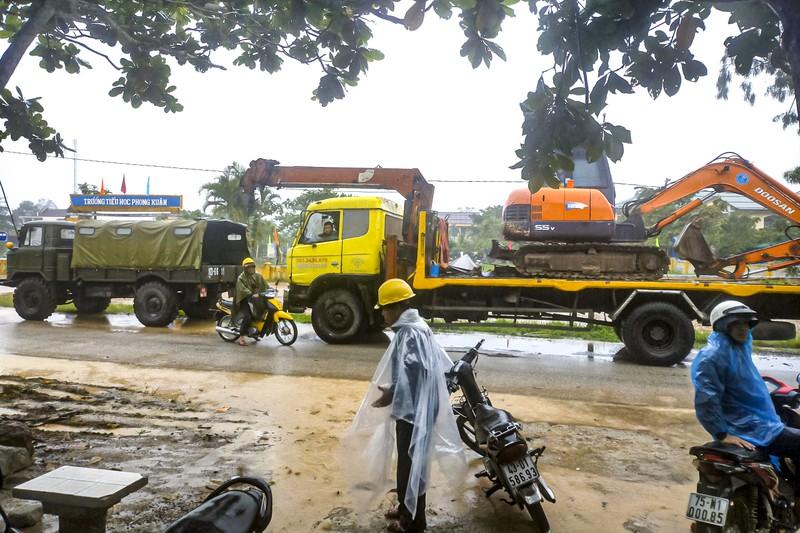 Lực lượng cứu hộ dầm mưa tiếp tục vào Rào Trăng 3 - ảnh 1