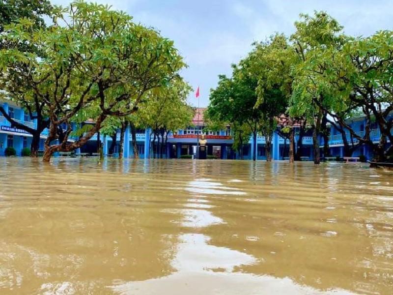 Mưa lớn ở Huế: Học sinh nghỉ học, vùng núi nguy cơ sạt lở đất - ảnh 1