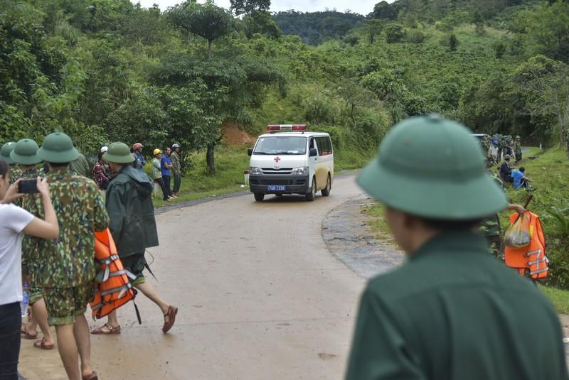 Chùm ảnh: Người dân ra đường tiễn chiến sỹ đoàn 337 hi sinh - ảnh 4