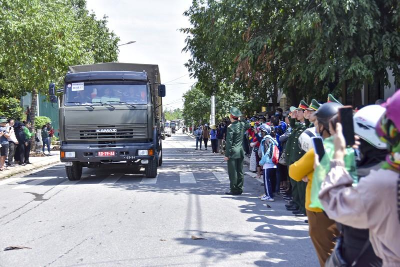 Hàng trăm người đứng bên đường tiễn liệt sỹ đoàn Kinh tế 337 - ảnh 13