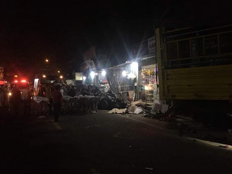 Xe tải đâm 4 nhà dân, bước đầu ghi nhận 2 người chết  - ảnh 1