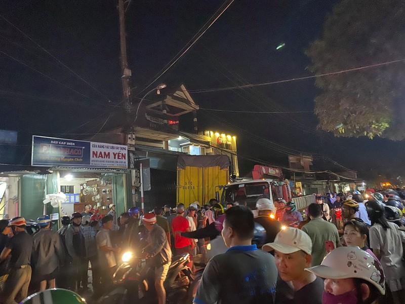 Xe tải đâm 4 nhà dân, bước đầu ghi nhận 2 người chết  - ảnh 3