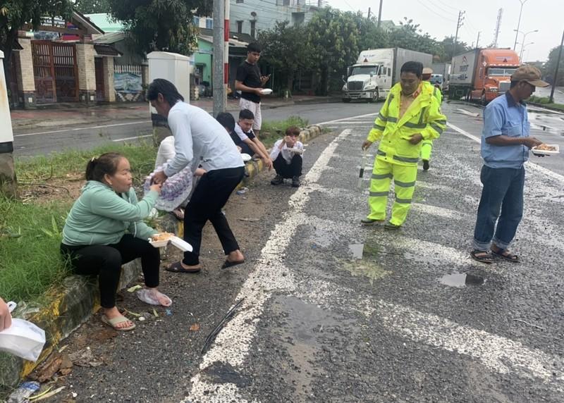 Người dân nấu cơm cho tài xế, hành khách dừng xe tránh bão - ảnh 1