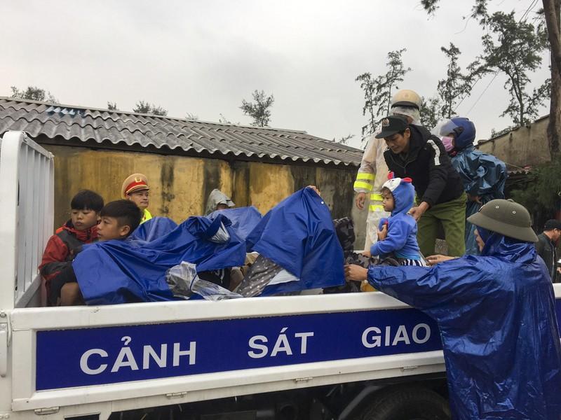 Quảng Trị, Huế cấp tốc sơ tán dân tránh bão số 13 - ảnh 3
