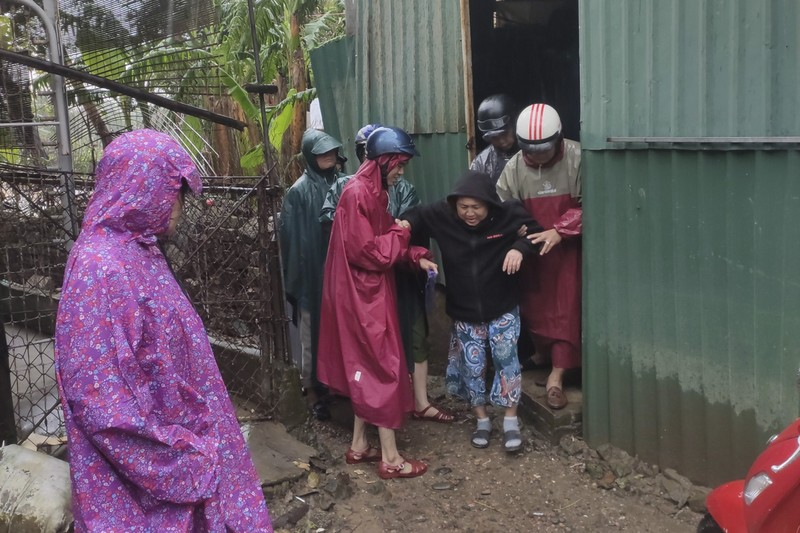 Quảng Trị, Huế cấp tốc sơ tán dân tránh bão số 13 - ảnh 2