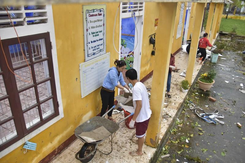 Hàng loạt trường học ở Huế tan hoang sau bão số 13 - ảnh 3