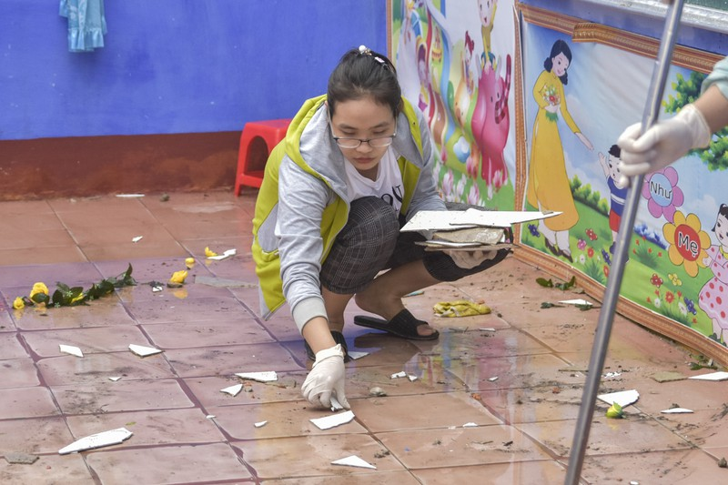 Hàng loạt trường học ở Huế tan hoang sau bão số 13 - ảnh 5