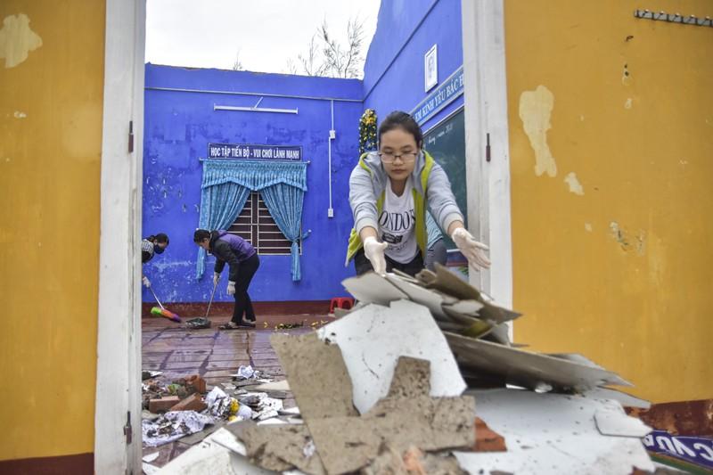 Hàng loạt trường học ở Huế tan hoang sau bão số 13 - ảnh 8