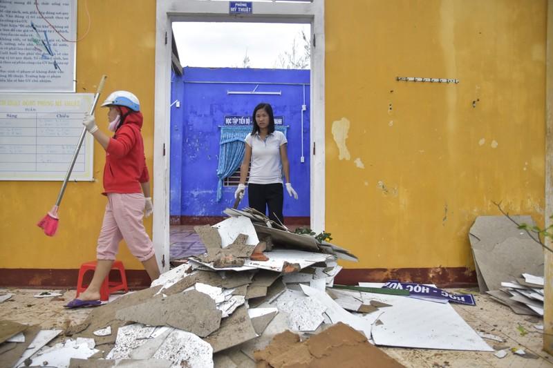 Hàng loạt trường học ở Huế tan hoang sau bão số 13 - ảnh 6