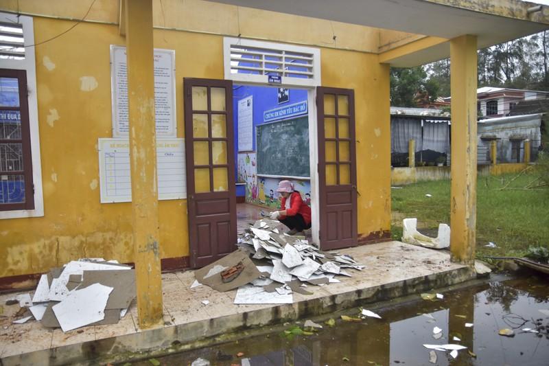 Hàng loạt trường học ở Huế tan hoang sau bão số 13 - ảnh 4