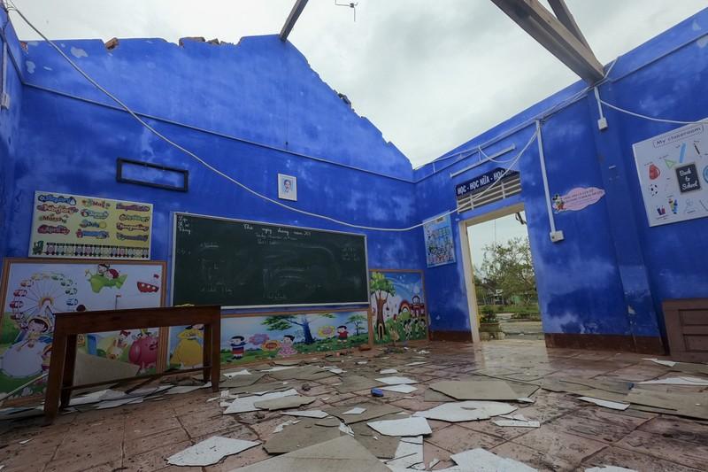 Hàng loạt trường học ở Huế tan hoang sau bão số 13 - ảnh 2