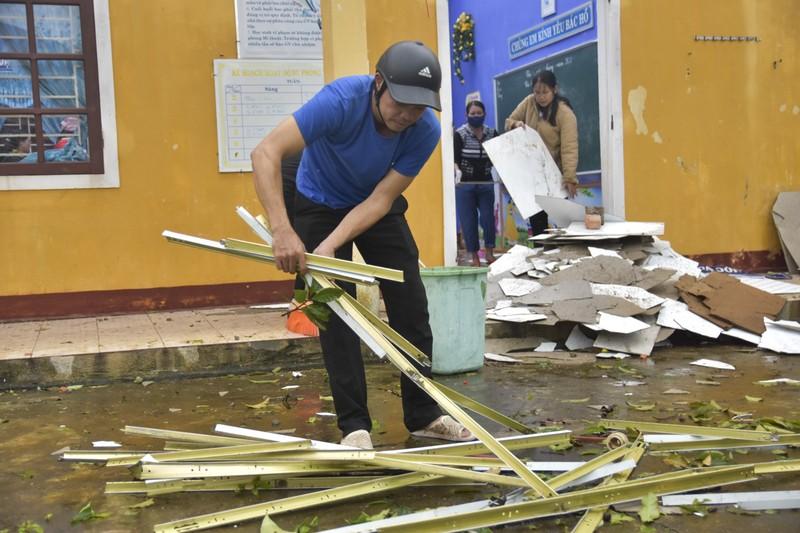 Hàng loạt trường học ở Huế tan hoang sau bão số 13 - ảnh 7