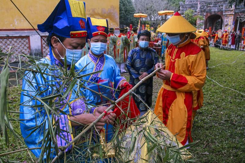 Huế: Dựng cây nêu hoàng cung nhà Nguyễn để cầu bình an - ảnh 7