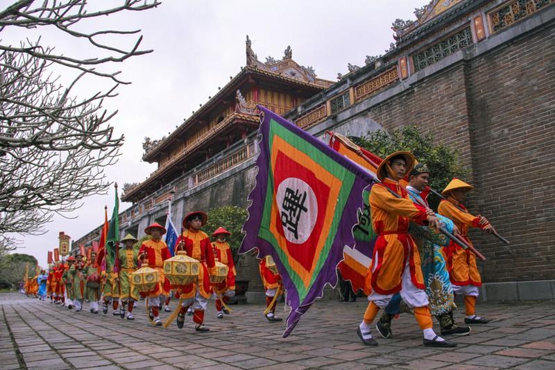 Huế: Dựng cây nêu hoàng cung nhà Nguyễn để cầu bình an - ảnh 1