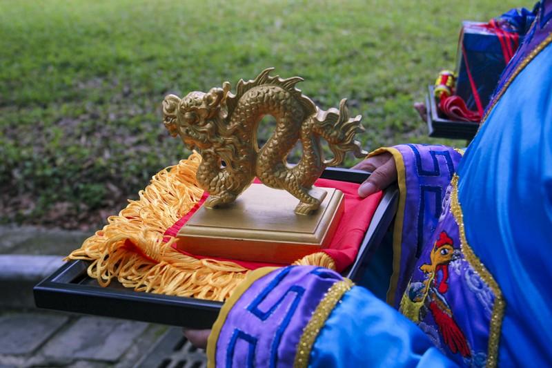 Huế: Dựng cây nêu hoàng cung nhà Nguyễn để cầu bình an - ảnh 5