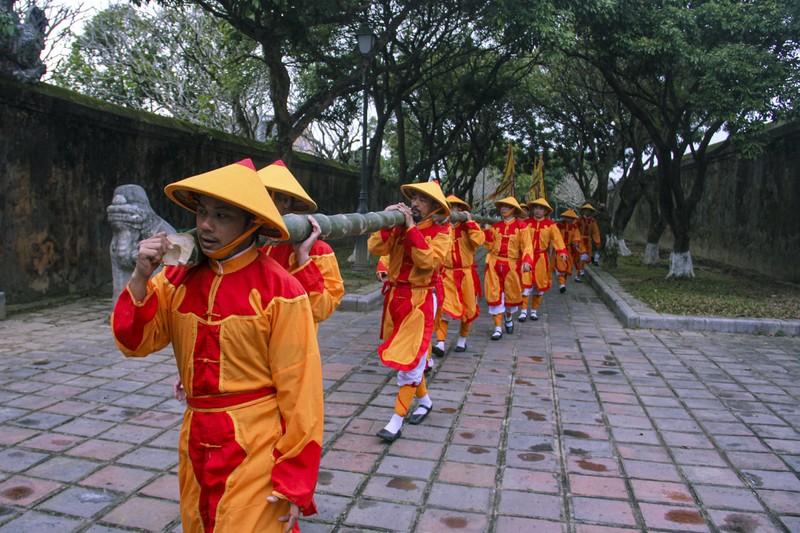 Huế: Dựng cây nêu hoàng cung nhà Nguyễn để cầu bình an - ảnh 2