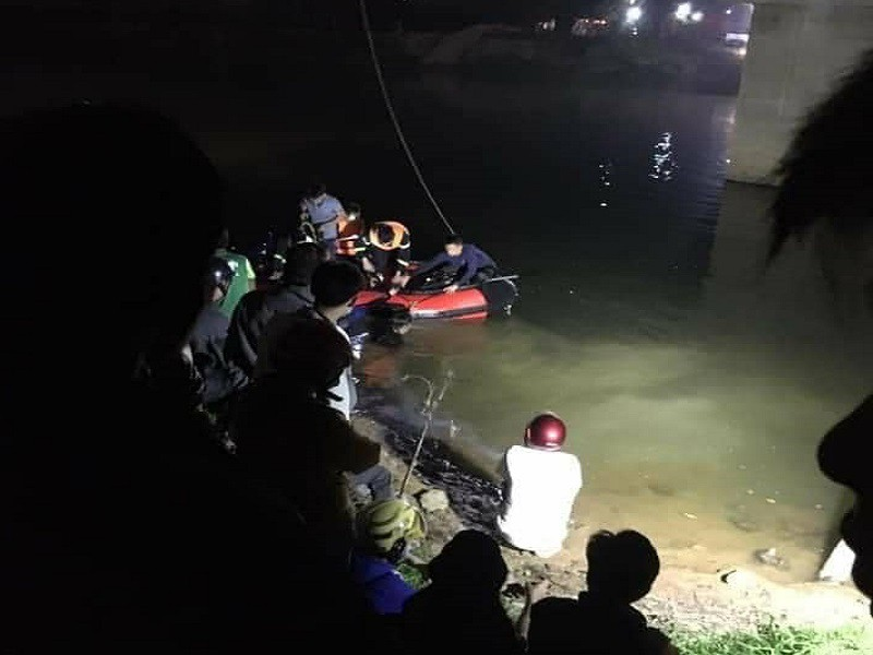 Va chạm với ô tô trên cầu, 2 học sinh bị hất rơi xuống sông - ảnh 1