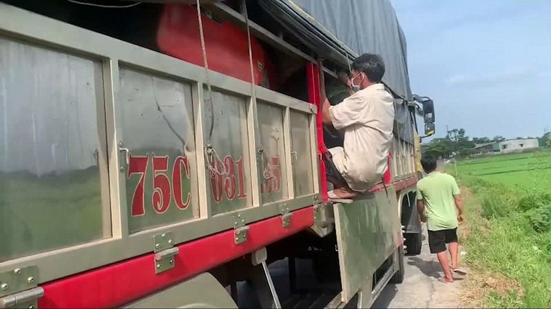 Phát hiện 8 người từ Nam Định trốn trong thùng xe tải về Huế - ảnh 2