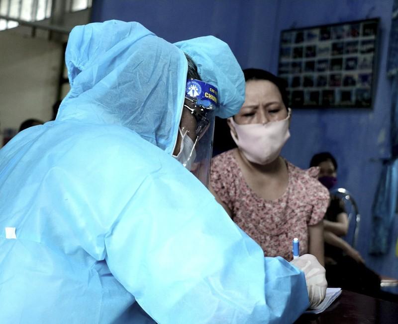 Hàng trăm tiểu thương ở Huế bất ngờ vì được xét nghiệm COVID-19 - ảnh 8