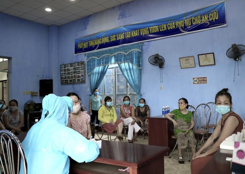 Hàng trăm tiểu thương ở Huế bất ngờ vì được xét nghiệm COVID-19 - ảnh 1