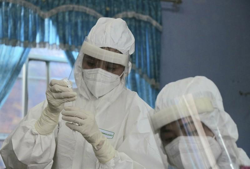 Hàng trăm tiểu thương ở Huế bất ngờ vì được xét nghiệm COVID-19 - ảnh 5