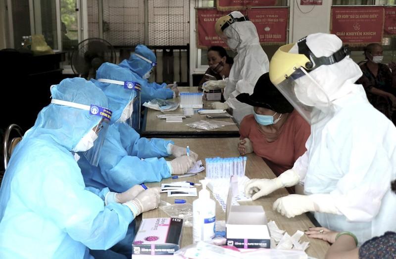 Hàng trăm tiểu thương ở Huế bất ngờ vì được xét nghiệm COVID-19 - ảnh 4