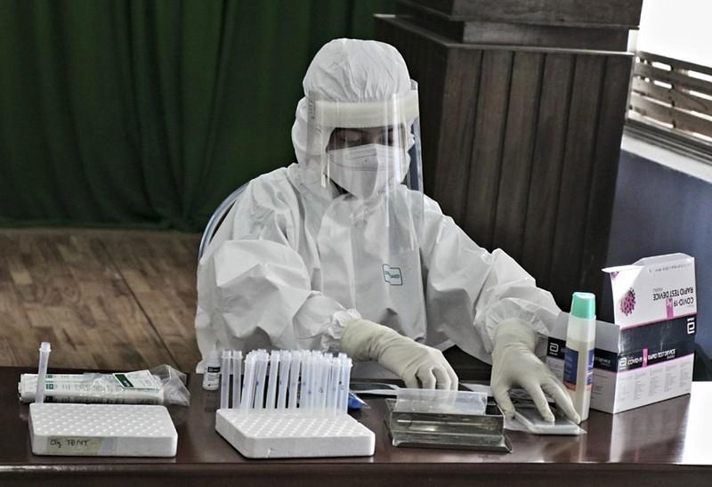 Hàng trăm tiểu thương ở Huế bất ngờ vì được xét nghiệm COVID-19 - ảnh 7
