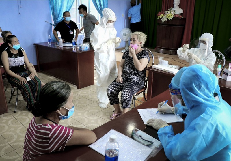 Hàng trăm tiểu thương ở Huế bất ngờ vì được xét nghiệm COVID-19 - ảnh 10