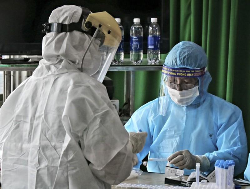 Hàng trăm tiểu thương ở Huế bất ngờ vì được xét nghiệm COVID-19 - ảnh 2