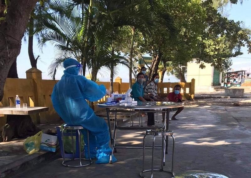 Thừa Thiên - Huế test nhanh COVID-19 ngư dân các tỉnh vào tránh bão số 6 - ảnh 1